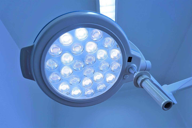 Die Lampe im OP-Raum leuchtet den Operationstisch sehr hell aus